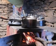 in der Küche: Herd mit integriertem Wasserbeuler