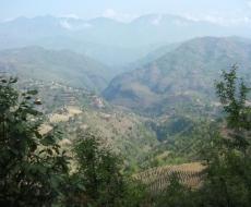 Erster Blick auf die Schneebedeckten Berge des Himalaya.